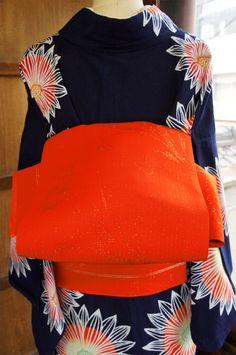 ほのかにスモークがかった綺麗なオレンジに、キラリと輝くシルバーのラメで織り出された洋花模様がロマンチックな単帯です。