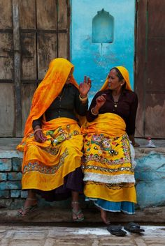 Friends catching up for a chat, a universal scene Religions Du Monde, Cultures Du Monde, World Cultures, We Are The World, People Around The World, Taj Mahal India, India India, Rajasthan India, Amazing India