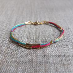 Bracelet 3 fils tube doré vert fushia et or : Bracelet par charlotteguillard