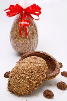 Ovo de páscoa crocante com castanha de caju, recheado com bombons crocantes. R$ 36. Deli 43 Pavelka (Tel.: 21 2294 1745)