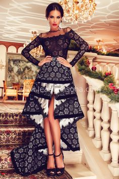 """Se quello che cerchi è un abito unico e originale, sei nel posto giusto.  Questo modello consiste in un abito lungo elegante da sera con taglio asimmetrico e decorazioni floreali.  Perfetto per le tue feste o cerimonie. ➽ Contattaci su Pinterest o manda """"pin"""" via sms/WhatsApp al 373 7616355 per ricevere un BUONO SCONTO esclusivo!  #leastedisoha #moda #abbigliamento #donna #elegante"""