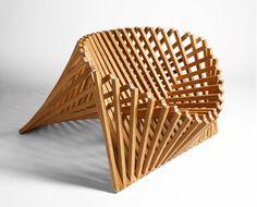 「Rising Chair」Robert Van Embricqsデザイン。一枚の木の板にカッティングをほどこし、立体の家具を作り出す。機能性と美しさの両方を同時に追求した結果だという。