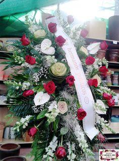 Ramo de defunción para colgar con antirrhinum Potomac white, rosas Freedome, anthurium Acropolis, brassicas Crane, paniculata y verdes variados.