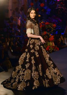 AICW Grand Finale: Aishwarya Rai sashays down the ramp in a glam metallic ensemble for Manish Malhotra : Fashion, News - India Today