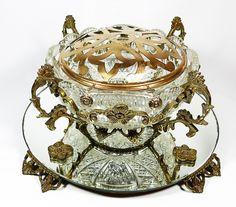 Centro de mesa de vidro soprado decorado com palmas e elementos geométricos, guarnição em metal dour