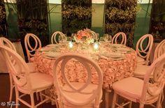 Luce este montaje con estas originales sillas de corte antiguo, acompañados de esta mesa circular que porta un mantel que simula una caída de rosas elaboradas en tela. Ideal para Bodas., desde Feztiva.com