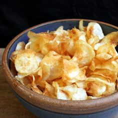 The Stay At Home Chef: Homemade Salt and Vinegar Chips ~~Dez LOVES salt & vinegar chips just like me. I can't buy the expensive organic ones fast enough. Maybe I'll give this recipe a try (GFCF oil/vinegar) Salt And Vinegar Chips Recipe, Salt And Vinegar Potatoes, Potato Chips Homemade, Potato Recipes, Home Made Potato Chips, Healthy Salt, Healthy Snacks, Healthy Sides, Tapas