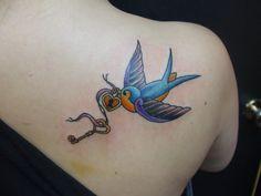 schwalbe-bedeutung-vogel-mit-schlüssel-und-vorhängeschloss-farbige-tätowierung-am-rücken Pfau Tattoo, Adler Tattoo, Vogel Tattoo, Neue Tattoos, Tattoo Motive, Watercolor Tattoo, Tattoo Designs, Tiny Owl Tattoo, Dove Tattoos