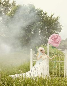 Giant flower and gate. Paper Flower Decor, Large Paper Flowers, Giant Flowers, Vintage Pastel Wedding, Vintage Flowers, Wedding Photo Booth, Floral Fashion, Amazing Flowers, Fashion Shoot