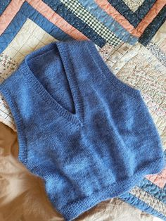 Strikkeopskrift: Vest med v-hals fra My Favorite Things Knitwear | costume.dk Vest Outfits For Women, Clothes For Women, Knit Beanie Pattern, Work Tops, Aesthetic Clothes, Diy Clothes, Diy Fashion, Knitwear, Knitted Hats
