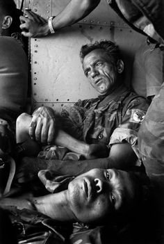SOUTH VIETNAM. An Loc.    American and South Vietnamese injured soldiers being carried by helicopter to a nearby medical center. 1972.    Bruno Barbey
