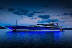 Madame GU @ Night http://www.gf-luxury.com/MADAME_GU_Helicopter_Luxusjacht_Yachting_Andrew_Winch_Boot.html