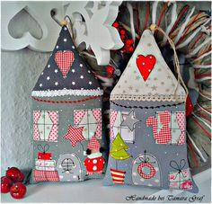Ein Weihnachtshaus, Dekohaus zum Aufhängen, mit Fach für Gutschein, Geld...Auf der  Rückseite des Häuschens ist eine Tasche eingearbeitet für einen Gutschein, Geld oder  weihnachtliche Grüße .Das...