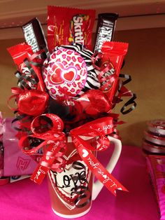 Candy bouquet in a plastic pot for state? Valentines Day Baskets, Valentines Gifts For Boyfriend, Valentine Day Crafts, Valentine Decorations, Boyfriend Gifts, Happy Valentines Day, Candy Bar Bouquet, Candy Arrangements, Valentine Bouquet