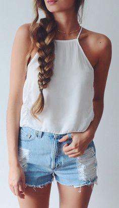 Blusa blanca de tirantes y shorts vaqueros. Look de verano.