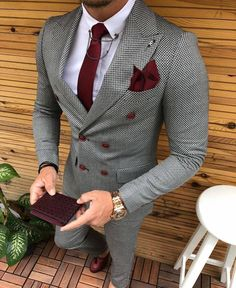 Suit Colors For Men [Updated May Grey colored suit with red tie and pocket square image.Grey colored suit with red tie and pocket square image. Suit With Red Tie, Suit And Tie, Grey Suit For Men, Mens Plaid Suit, Red Ties, Blue Suit Men, How To Wear Blazers, Blazers For Men, Mode Costume