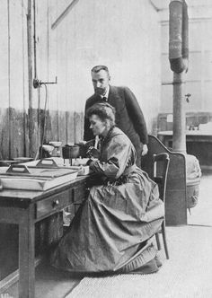Pierre et Marie Curie - La radioactivité : une affaire de famille Devant le cyclotron du Collège de France, vous pourrez retracer l'histoire de la radioactivité, des découvertes de Pierre et Marie Curie aux recherches qui ont permis à Frédéric et Irène Joliot-Curie de révéler le neutron.