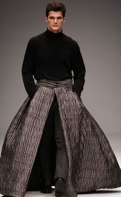 Contemporary- Alexander McQueen F/W inspired by the crinoline fashion with wide skirts Funny Fashion, Weird Fashion, Mens Fashion, High Fashion Men, Bad Fashion, Man Skirt, Dress Skirt, Fashion Week, Fashion Show