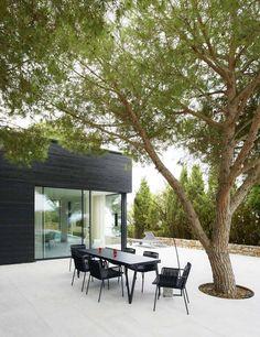 black outside, white inside Outdoor Life, Outdoor Gardens, Outdoor Decor, Outdoor Living Rooms, Outdoor Spaces, Architecture Design, Casa Patio, Home Building Design, Outdoor Landscaping