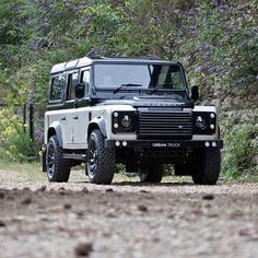 """2,504 Likes, 10 Comments - @landroverphotoalbum on Instagram: """"A spectacular two tone Defender 110 CSW. By @urbanautomotive #landrover #Defender110csw…"""" Land Rover Models, Defender 90, Land Rover Defender 110, Landrover Defender, Station Wagon, Land Rovers, Mustang, Tt Car, Mercedes Benz Unimog"""
