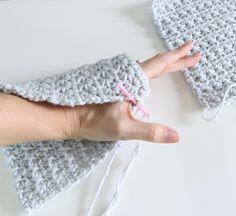 Easy beginner crochet wristers (fingerless gloves) – Knitting For Beginners 2020 Crochet Fingerless Gloves Free Pattern, Fingerless Gloves Knitted, Mittens Pattern, Easy Crochet, Knit Crochet, Crochet Hats, Beginner Crochet, Crochet Granny, Free Crochet