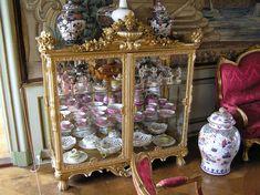 https://flic.kr/p/iKECp | Ledreborg - Porcelain Vitrine | Oriiginal Meissen and Royal Danish from the period.