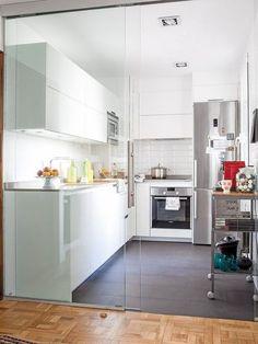 Cocina con cerramiento de vidrio/ 8 cocinas muy bien aprovechadas #hogarhabitissimo