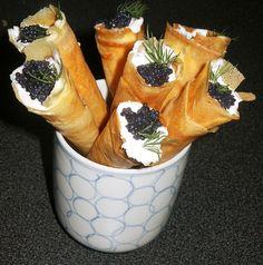 Amuse bouche in cornets Mug Cakes, Party Finger Foods, Snacks Für Party, Smoked Salmon Appetizer, Healthy Food Alternatives, Chorizo, Pie Dish, Brunch, Food And Drink