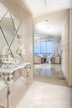 adoro a consola e a maneira como estao os espelhos afixados na parede