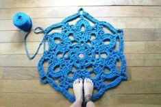 doily bath rug ~ blue