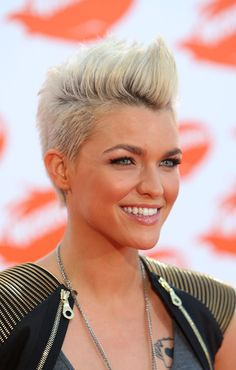 16 Pompadour Quiff Hairstyles for Women Celebrity Ruby Rose Short Blonde Fauxhawk Hairstyle. Completely in love with this look. Mohawk Hairstyles For Women, Short Shaved Hairstyles, Quiff Hairstyles, Cool Hairstyles, Short Haircuts, Hairstyle Ideas, Singer Pink Hairstyles, Military Hairstyles, Hairstyle Pictures