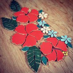 Mosaic Garden Art, Mosaic Flower Pots, Mosaic Pots, Mosaic Glass, Mosaic Artwork, Mirror Mosaic, Glass Artwork, Mosaic Wall, Paper Mosaic