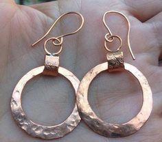 Martillado aretes de cobre con cables de cobre hecho a mano de la pendiente