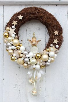 Best 12 What a brilliant idea! Start with a natural wreath and then cover only a portion with ornaments. Xmas Wreaths, Christmas Decorations To Make, Christmas Projects, Holiday Decor, Winter Wreaths, Minimal Christmas, Simple Christmas, Christmas Crafts, Christmas Ornaments