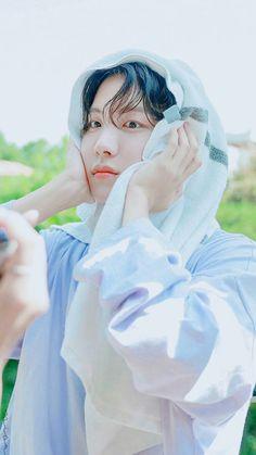 J-Hope:Lan yüzümü siliyorum bunu da mı çekiyorsunuz! Namjoon, Taehyung, Jhope, Seokjin, Pop Bands, Jung Hoseok, K Pop, Mundo Cruel, Bts Season Greeting