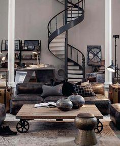 table basse en bois, escalier industriel, canapé en cuir marron foncé