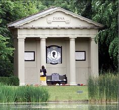 *PRINCESS DIANA ~ Althorp Park in Northhamptonshire, England, Kate Middleton pays an emotional tribute to her Princess Diana Grave, Princess Diana Memorial, Princess Kate, Princess Of Wales, Real Princess, Prinz William, Prinz Harry, Elisabeth Ii, Famous Graves