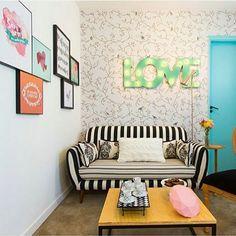 Instagram media eutambemdecoro - Sala lindíssima cheia de detalhes e quadrinhos na parede.  Ah não  posso esquecer de falar desse sofá listrado, que é maravilhoso.  www.eutambemdecoro.com.br  Foto via: Pinterest  #decoracao #decor #decorarion #decoration #arquitetura #design #designdeinteriores #architecture #inspiracao #decora #decoro #ideia #sala #salacolorida #cores #love #poster #cantinho #quadros