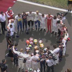 Formule1-rijders kwamen vlak voor de race in Hongarije samen om de overleden coureur Jules Bianchi te herdenken. #ciaojules (Foto: twitter/F1)