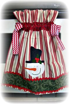 Gathered over the oven door appliqued Snowman kitchen towel Dish Towel Crafts, Dish Towels, Hand Towels, Tea Towels, Christmas Towels, Christmas Sewing, Christmas Projects, Easy Sewing Projects, Sewing Crafts