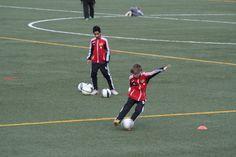 Edvin från Örby IS P00 tränar sitt skott med Goeras Football Education, på Nacka IP 25/4 2012.