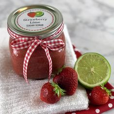 What's better than soft, smooth, exfoliated skin? Soft, smooth, exfoliated skin that smells like fresh-picked strawberries! Homemade strawberry lime sugar scrub recipe {with essential oils} Homemade Shaving Cream, Homemade Body Wash, Sugar Scrub Homemade, Sugar Scrub Recipe, Homemade Essential Oils, Natural Beauty Recipes, Whipped Body Butter, Printable Labels, Free Printable