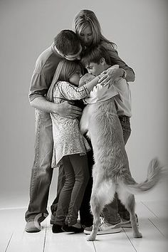 Family hug this reminds me of us. Sebastian, Lloyd, I, and Shadow. Fun Family Photos, Photos With Dog, Family Posing, Family Pictures Dog, Sacred Spirit, Family Hug, Happy Family, Family Prayer, Funny Family