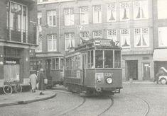 Tram 7 gaat de nauwe bocht Jan Evertsenstraat/Witte de Withstraat om, december 1959 - via Geheugen van GVB tramlijn 7