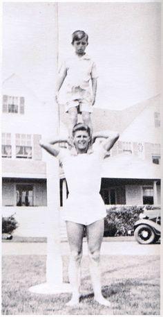 Joe Jr and Bobby Kennedy Joe Kennedy Jr, Les Kennedy, Robert Kennedy, Greatest Presidents, Us Presidents, Kennedy Compound, Celebridades Fashion, Familia Kennedy, Hyannis Port