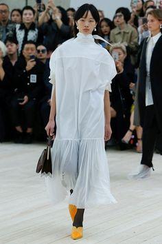 Guarda la sfilata di moda Céline a Parigi e scopri la collezione di abiti e accessori per la stagione Collezioni Primavera Estate 2017.