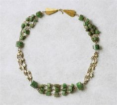 Necklace with triple chains - emerald, gold. Half of the 3rd century A.D. Roman. Louvre Museum.