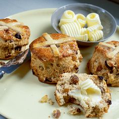Easter bake recipe, hot cross scones for the yeast free diet. These combine the deliciously moist, crumbly texture of home-baked scones with the fruity flavours and spicy overtones of hot cross buns. Baking Recipes, Cake Recipes, Cross Buns Recipe, Homemade Scones, Biscuits, Hot Cross Buns, Cupcakes, Easter Treats, Easter Cake