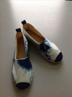 Espadrilles réalisées en coton shibori indigo et cuir bleu Cocat.simplesite.com