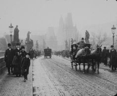 Charles Bridge 100 years ago, about 1912 (in this time Franz Kafka lived in Prague) Old Pictures, Old Photos, Vintage Photos, Prague Czech Republic, Old Photography, Old Paintings, History Photos, Old Postcards, Eastern Europe